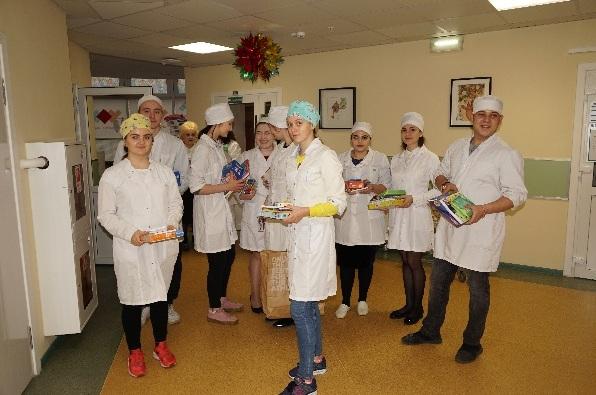 Будущие медсестры и медбратья поздравили детей с Новым годом